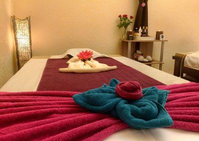 Massageliege in Massageraum 1 mit Deko